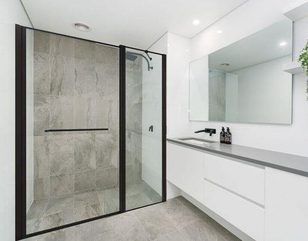REMDI מקלחון חזית קבוע ודלת גוון שחור
